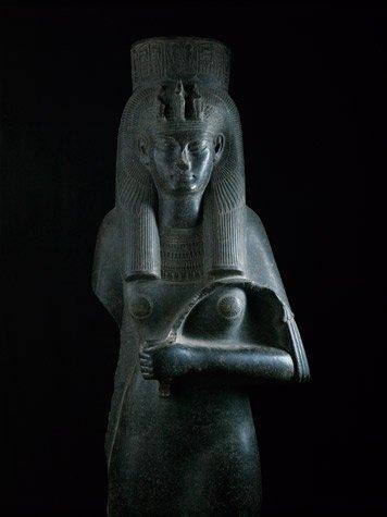 La estatua de Tiy en el templo de Karnak tambi?n tiene el brazo izquierdo flexionado
