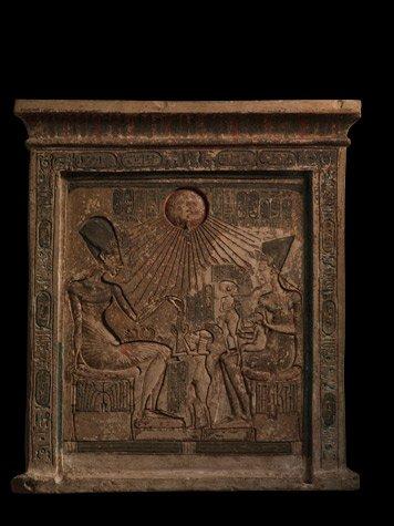 Una estela de piedra caliza procedente de Amarna muestra al fara?n Ajnat?n, su esposa Nefertiti y sus hijas bajo los rayos del disco solar, s?mbolo del dios At?n