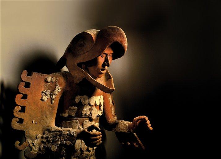 Un guerrero ?guila aparece representado en esta figurilla de terracota hallada en Tenochtitlan. Foto: Kenneth Garrett
