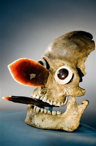 Los ojos falsos incrustados en las cuencas y dos hachas de pedernal clavadas donde una vez estuvieron la nariz y la lengua dan una expresi?n escalofriante a este cr?neo humano procedente de las excavaciones de Tenochtitlan. Foto: Kenneth Garrett