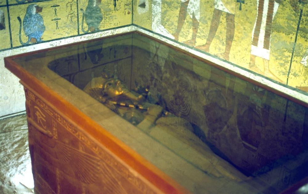 http://www.nationalgeographic.com.es/medio/2012/10/31/tutankhamon_1000x629.JPG
