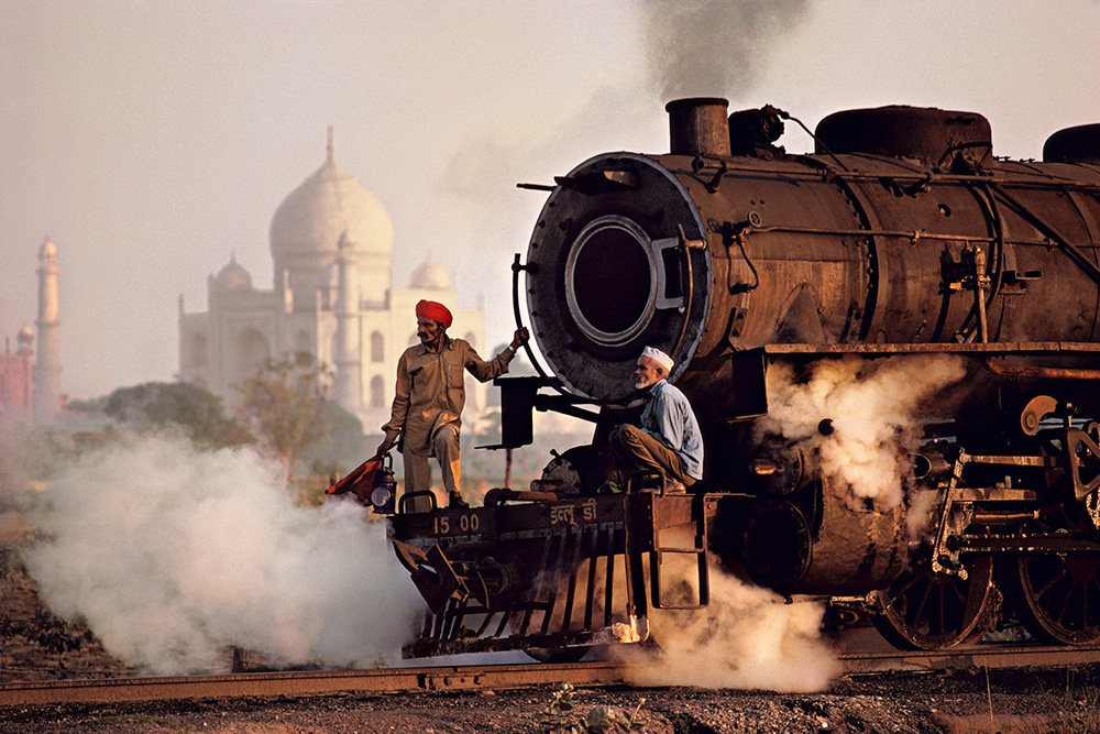 India. Trabajadores en una locomotora de vapor, India