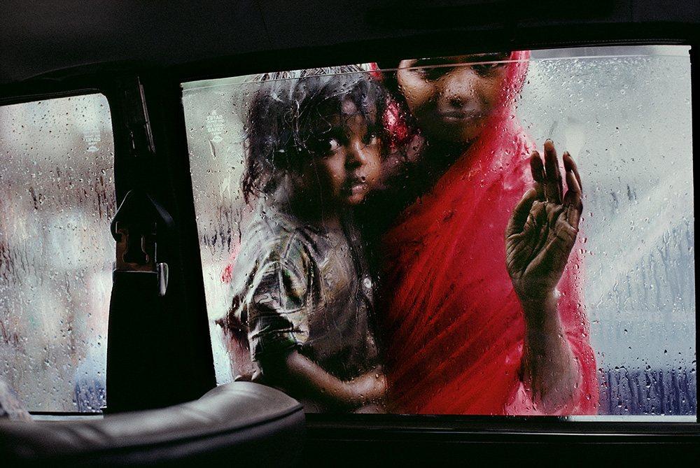 Madre e hijo a través de la ventana del coche, India