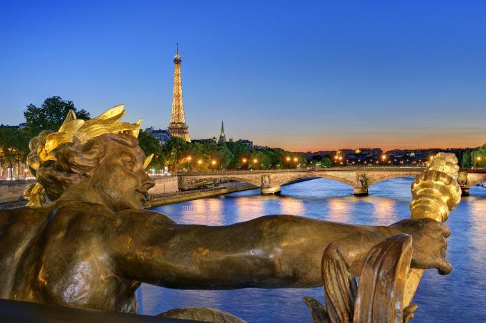 Vistas de la Torre Eiffel desde el Sena. Vistas desde muchos puntos de la ciudad