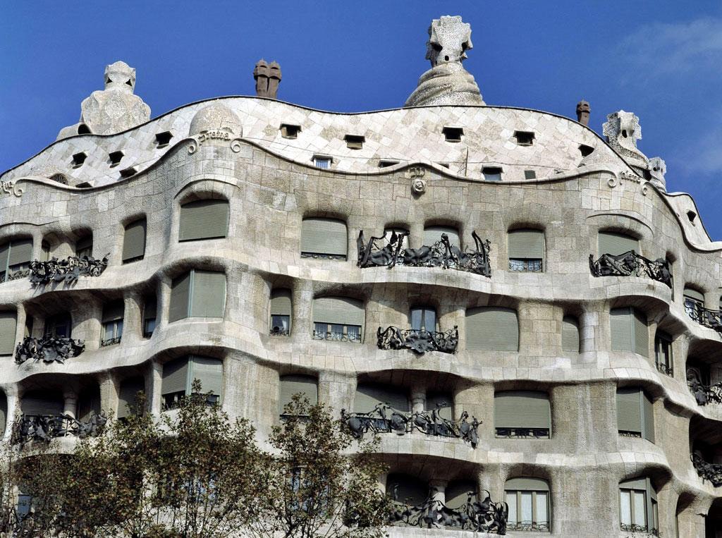Recorrido por los edificios de gaud en barcelona for Casas de sofas en barcelona