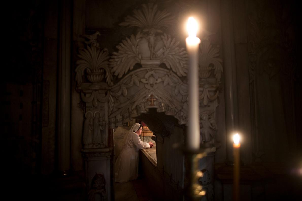 cristo3. Rezando ante la tumba de Cristo