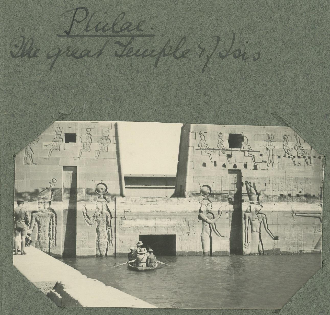 Observando el templo de Isis