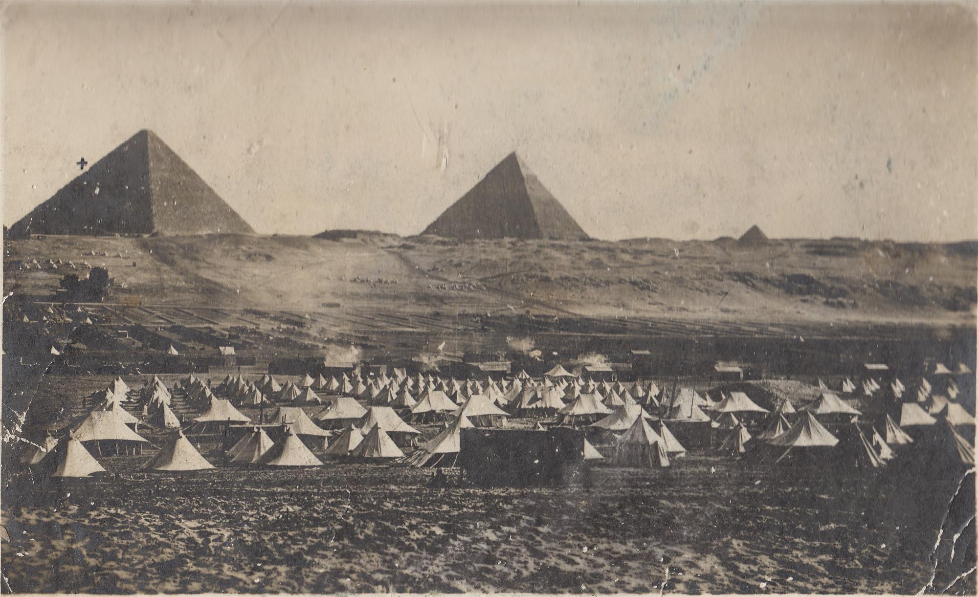 Junto a las pirámides