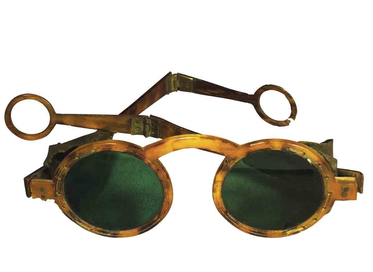 efca3f5825 Gafas con cristal ahumado y patillas plegables. Siglo XVIII.
