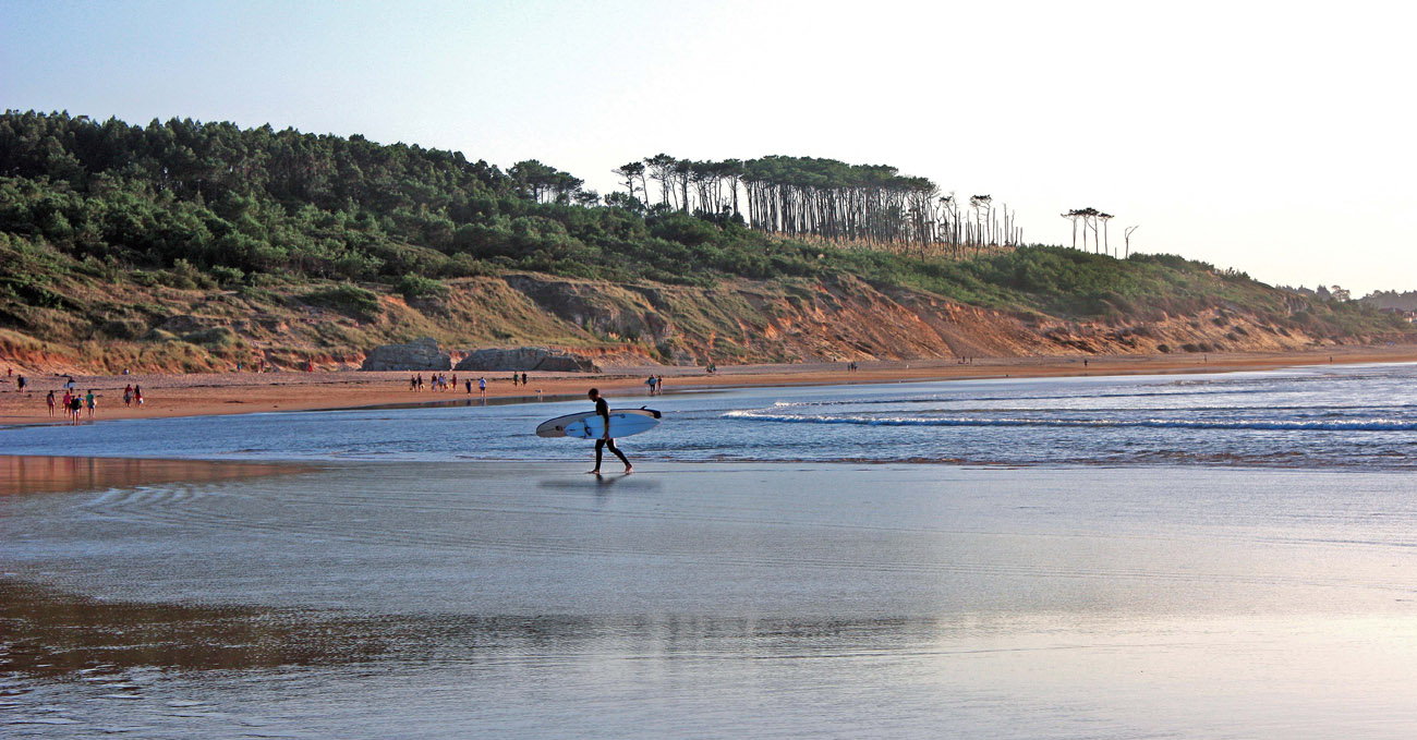 aa6aadb823f27 Paisaje Playa Somo con surfista Cantabria web. Playa de Somo (Ribamontán al  Mar)