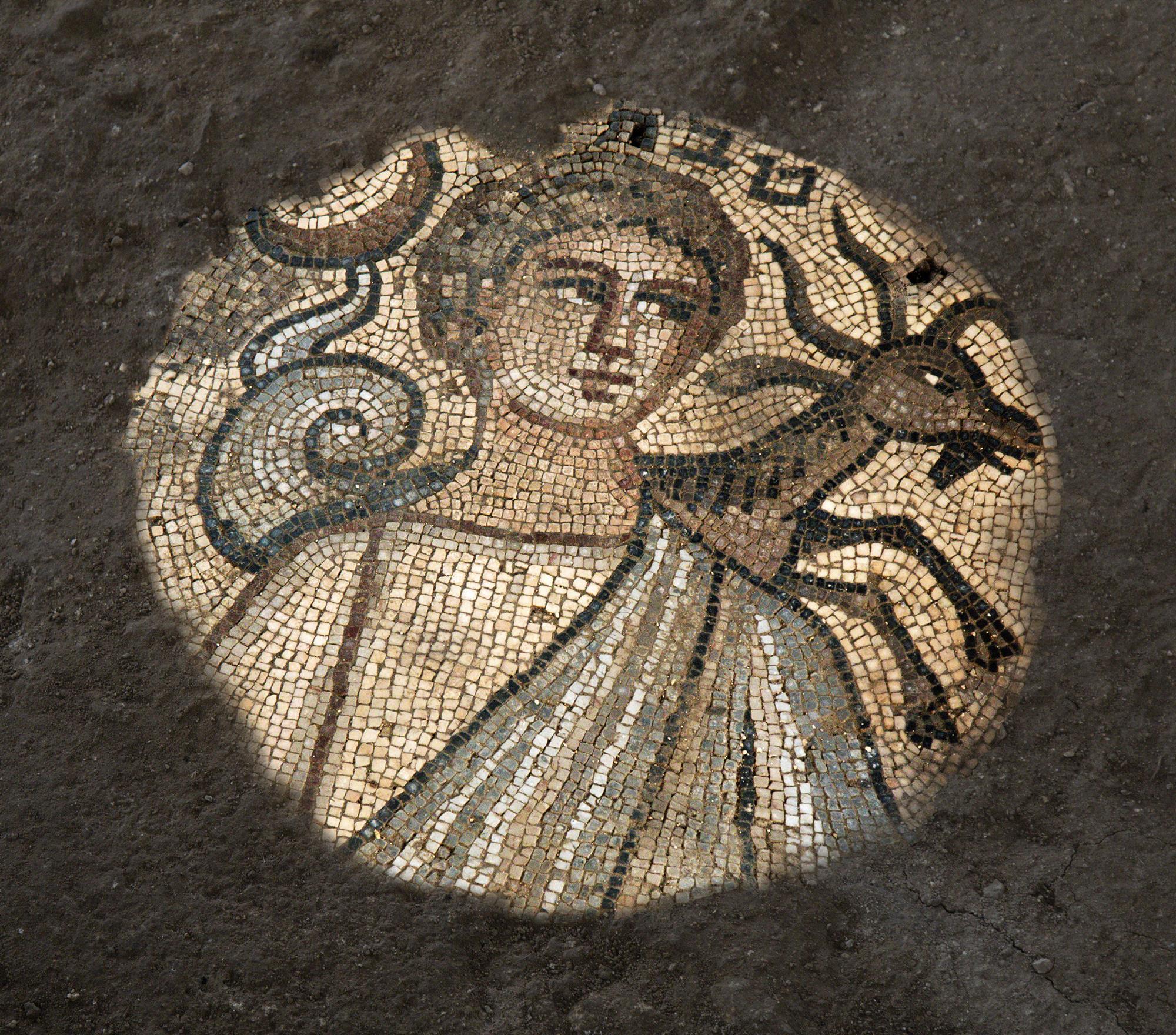 Hallan nuevos mosaicos de temática bíblica en una antigua sinagoga de Israel