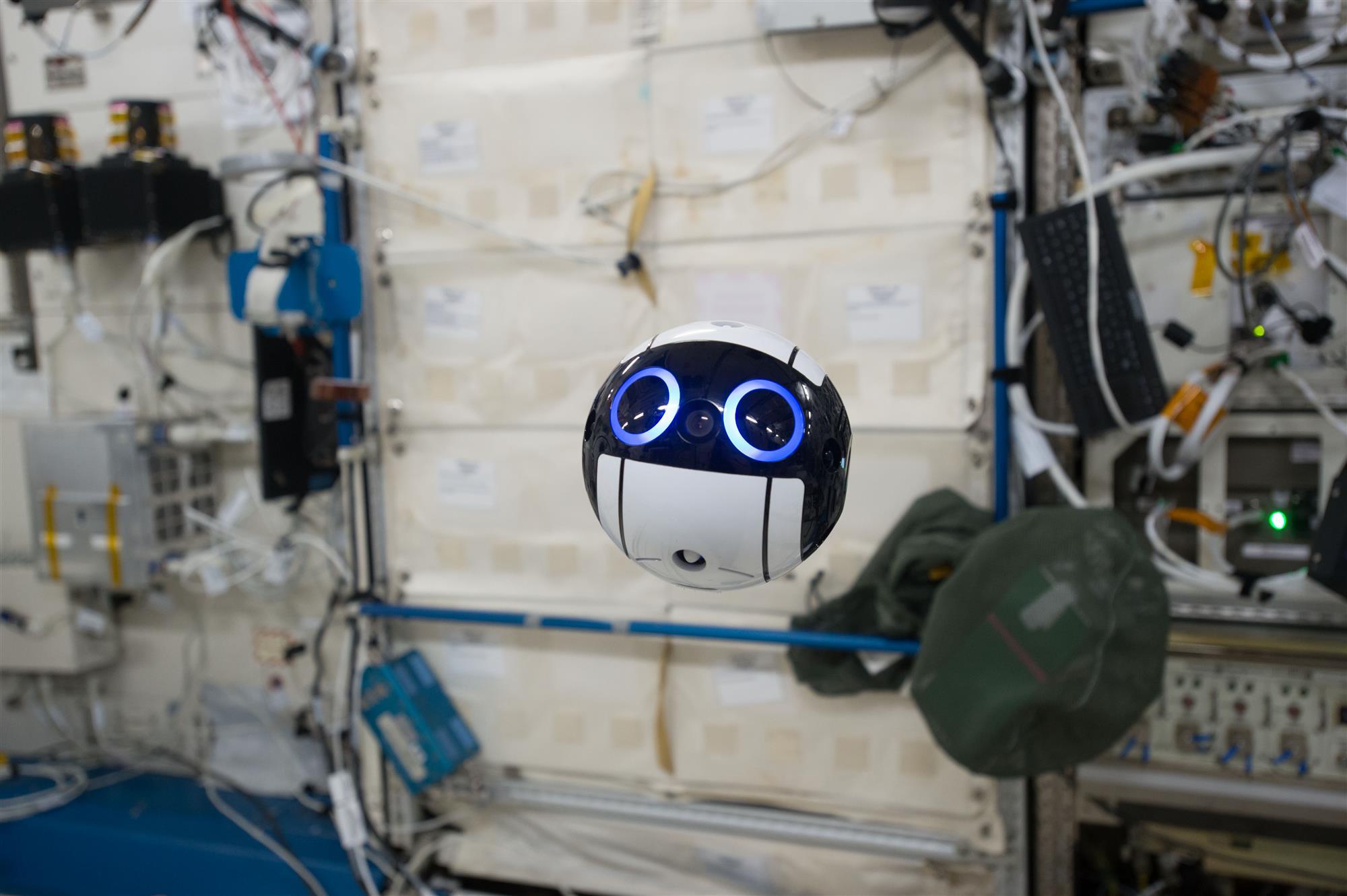 Así es el dron japonés que flota por la Estación Espacial Internacional