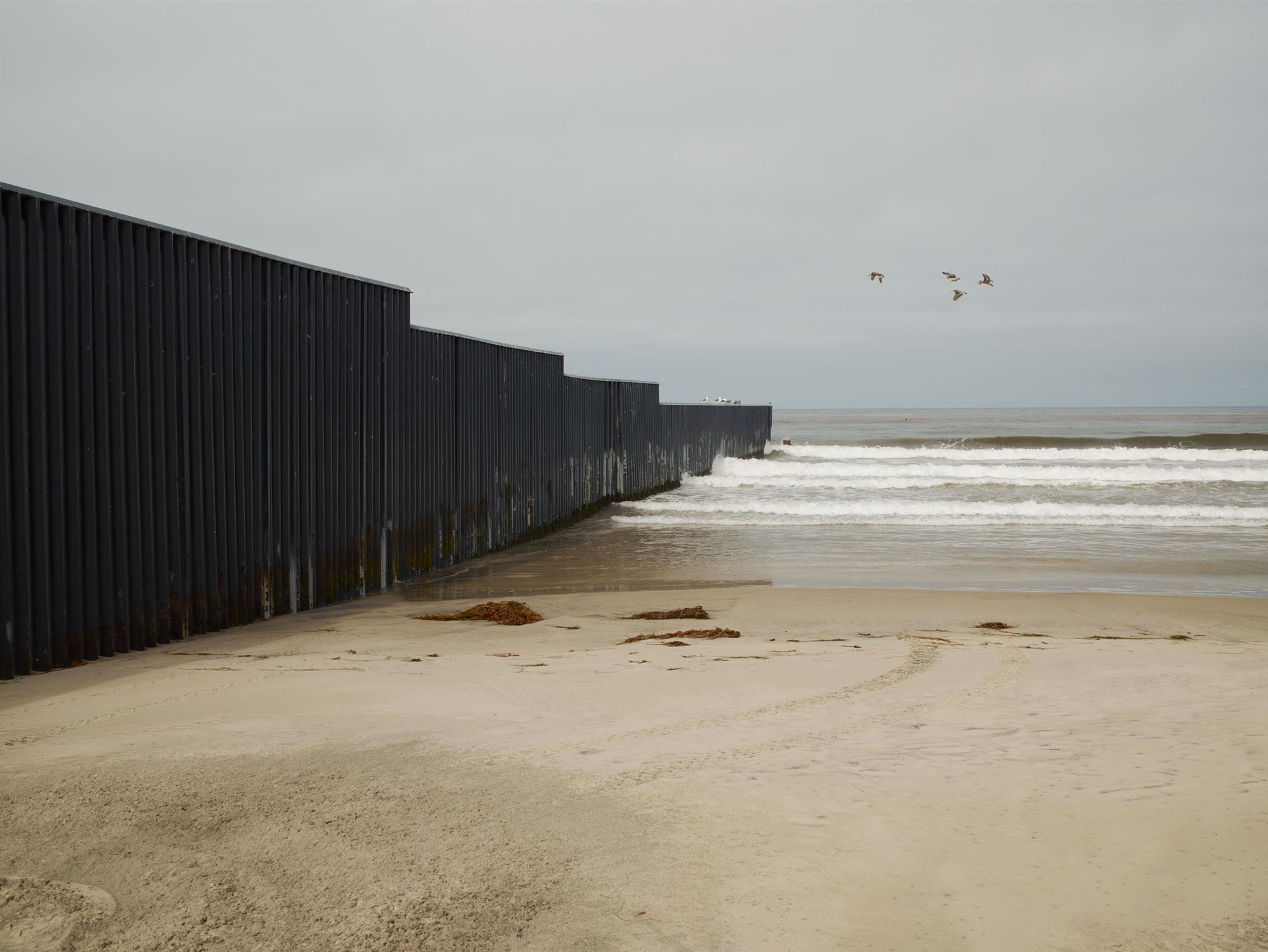 STOCK Wall TijuanaEstuary. Muro en el Pacífico