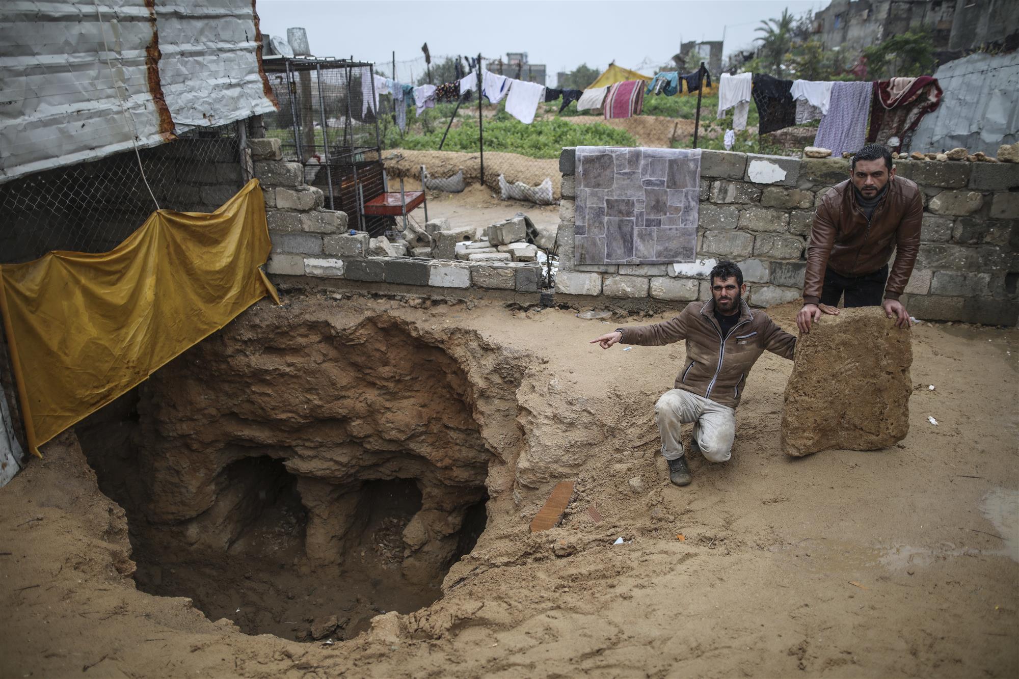 Un joven palestino descubre 9 tumbas romanas en el patio trasero de su casa
