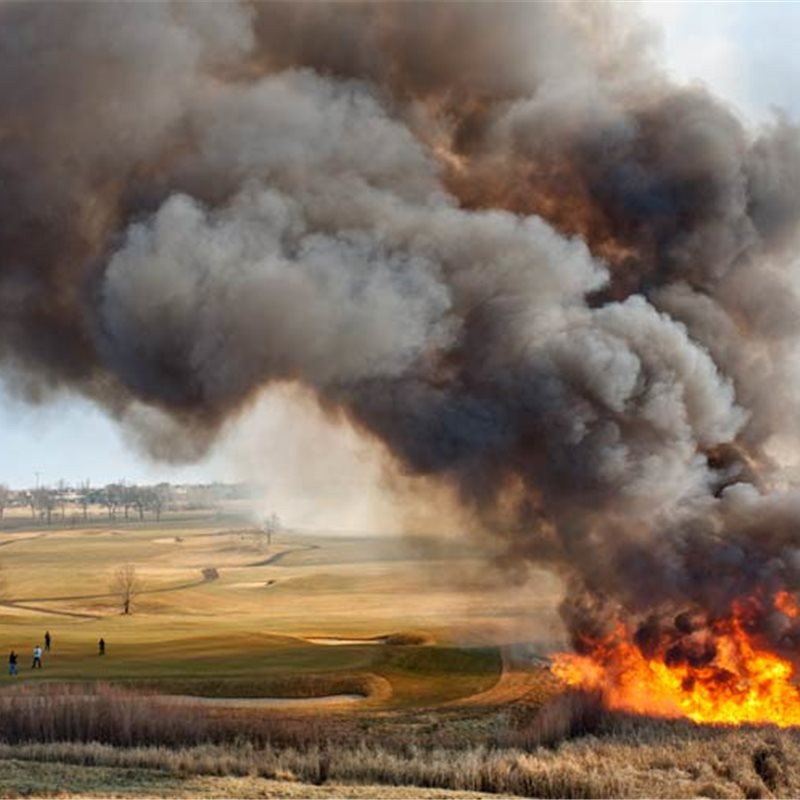 Incendio de un matorral cercano a un campo de golf en Denver, Colorado