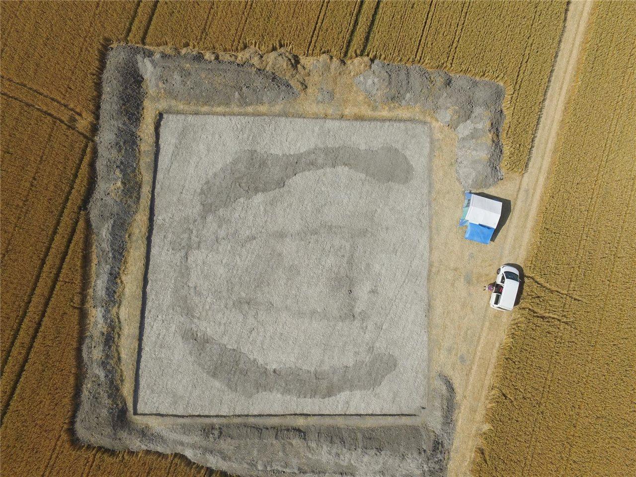 Unos Arqueologos Excavaran Un Tumulo Funerario Neolitico Cerca De