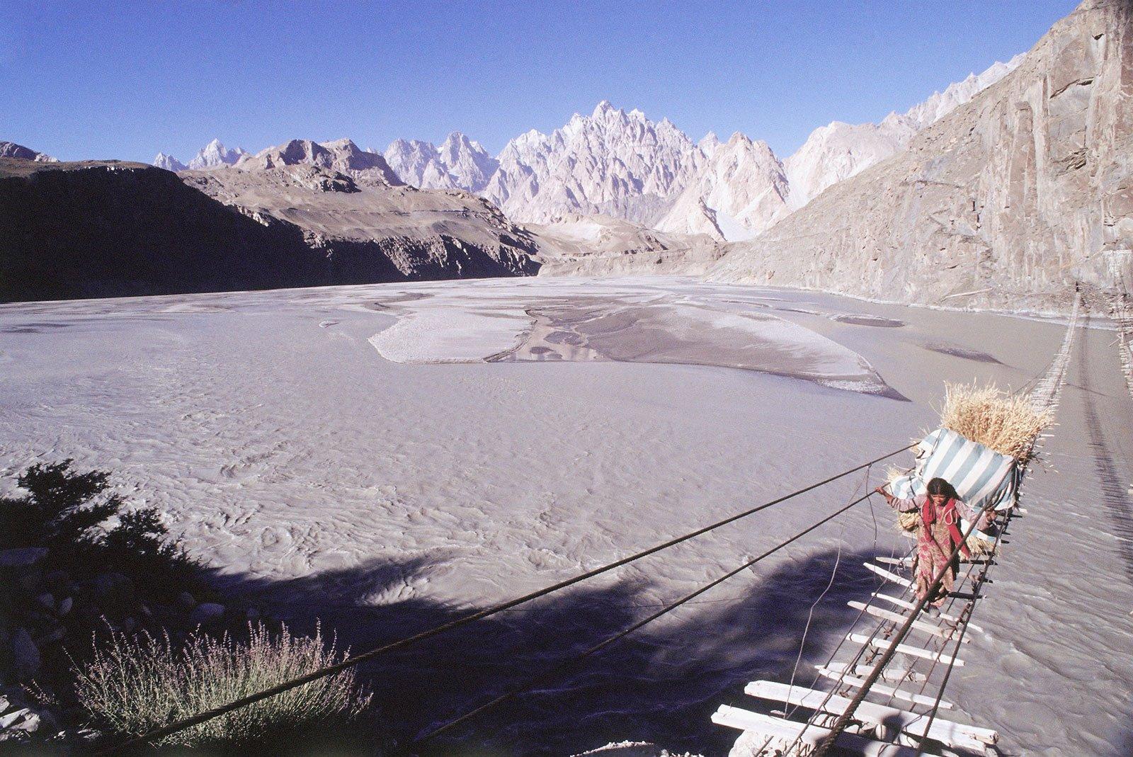 Puente de Hussaini. Sobre las aguas en Pakistán