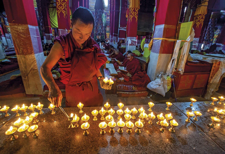 Monasterio en Lhasa. Lámparas de mantequilla en un templo de Lhasa