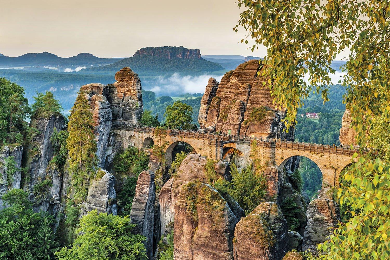 Puente sobre roca Bastei. Puente construido sobre las rocas del mirador de Bastei.