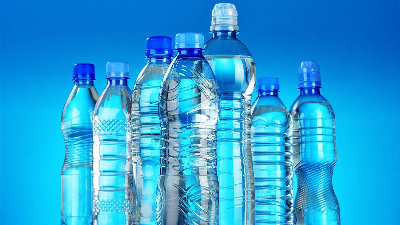 Reciclar-botellas-plastico_54619087_1280x720