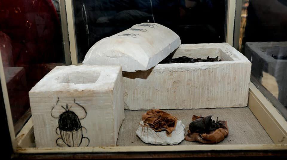 Las dos cajas de caliza decoradas, en cuyo interior se han descubierto los escarabajos momificados. Foto: Ministry of Antiquities, Egypt
