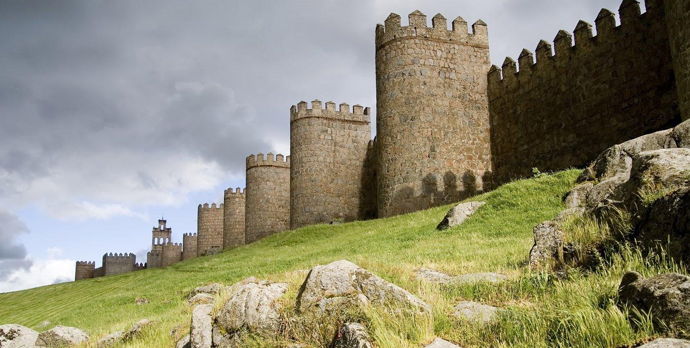 Muralla de Avila portada. Ciudad vieja de Ávila e iglesias extramuros