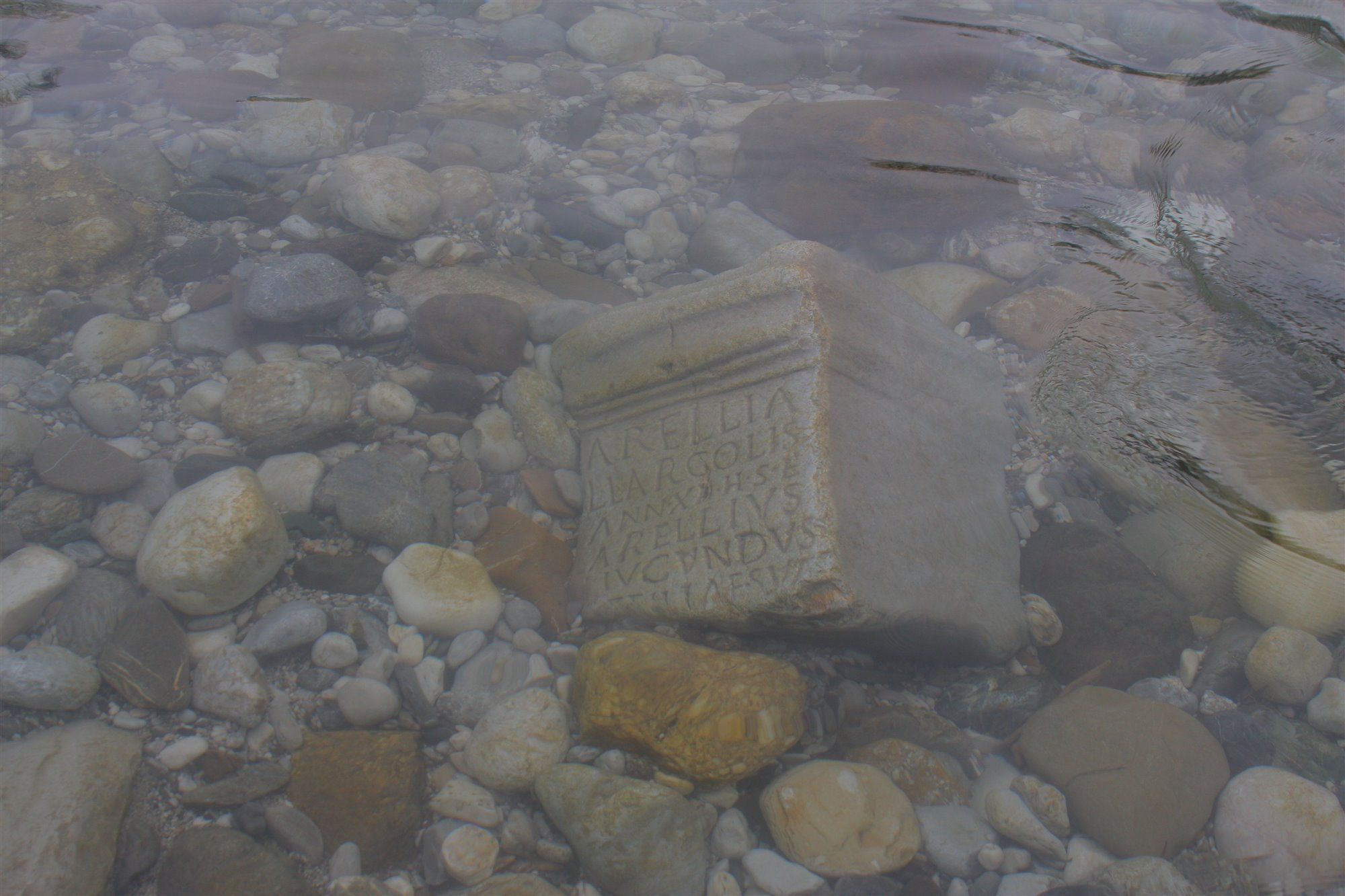 Hallada una lápida romana en un río de Eslovenia... ¿Cómo llegó hasta ahí?