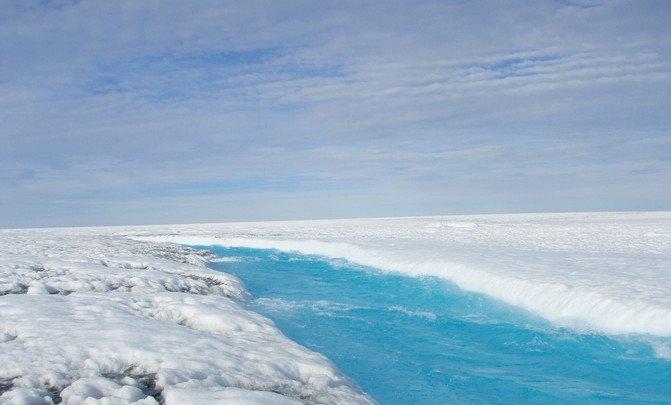 Corriente de agua de la capa superficial de Groenlandia