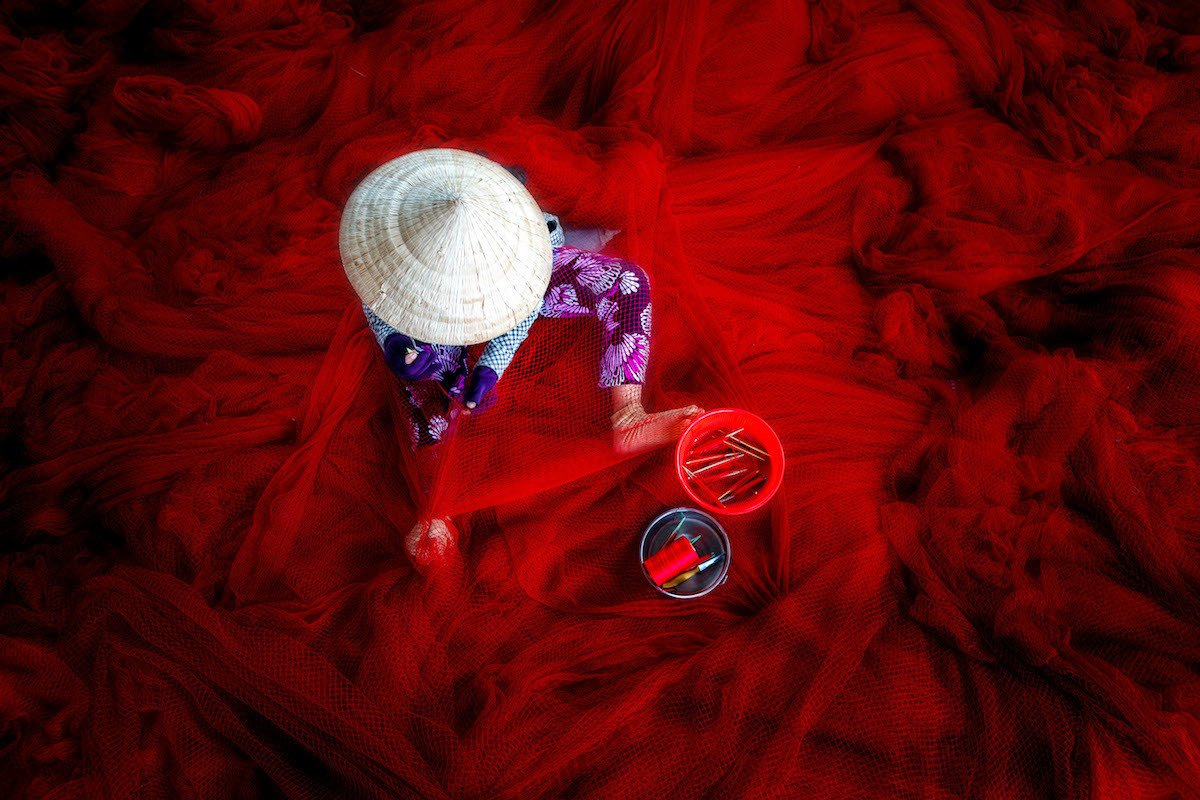 Red fishing net making. Red fishing net making / La fabricación de una red de pesca roja