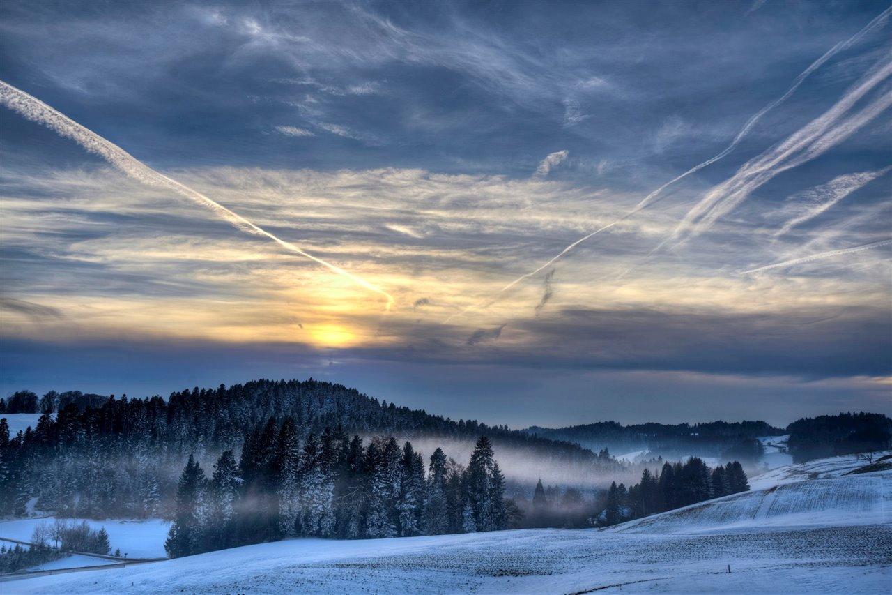 Estelas condensadas sobre un paisaje helado