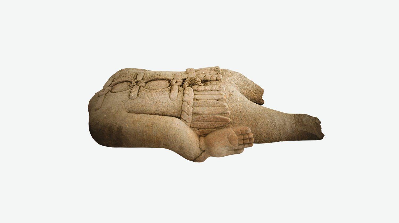 Esta estatua presenta una mano adicional que cuelga del brazo.