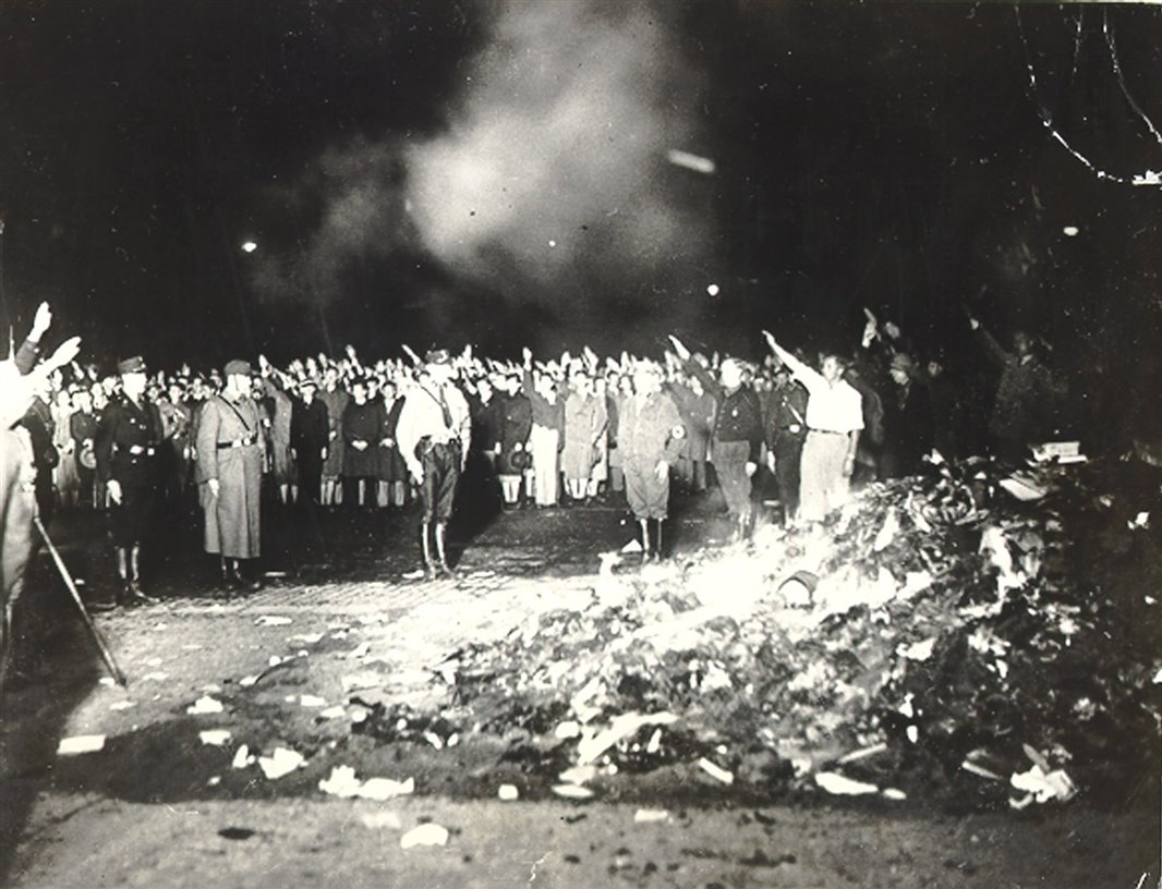 [Imagen: quema-de-libros-en-la-plaza-de-la-opera-...66x816.jpg]