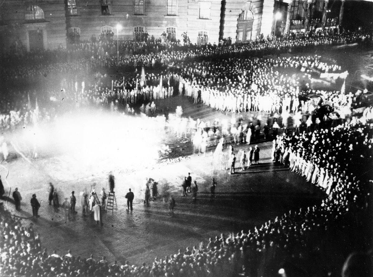 [Imagen: miles-de-personas-quemaron-libros-consid...00x890.jpg]
