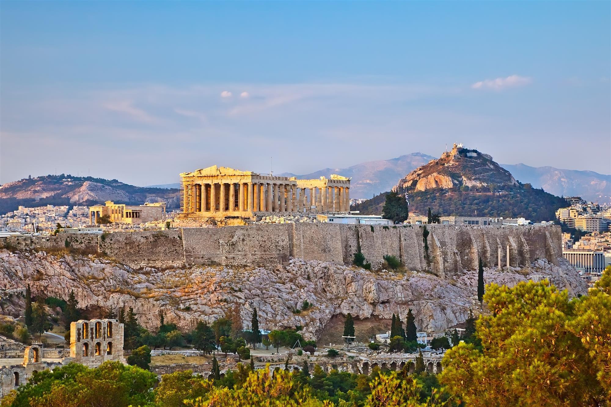 El Partenón y el monte Licabetus. El Partenón de Atenas y el monte Licabeto