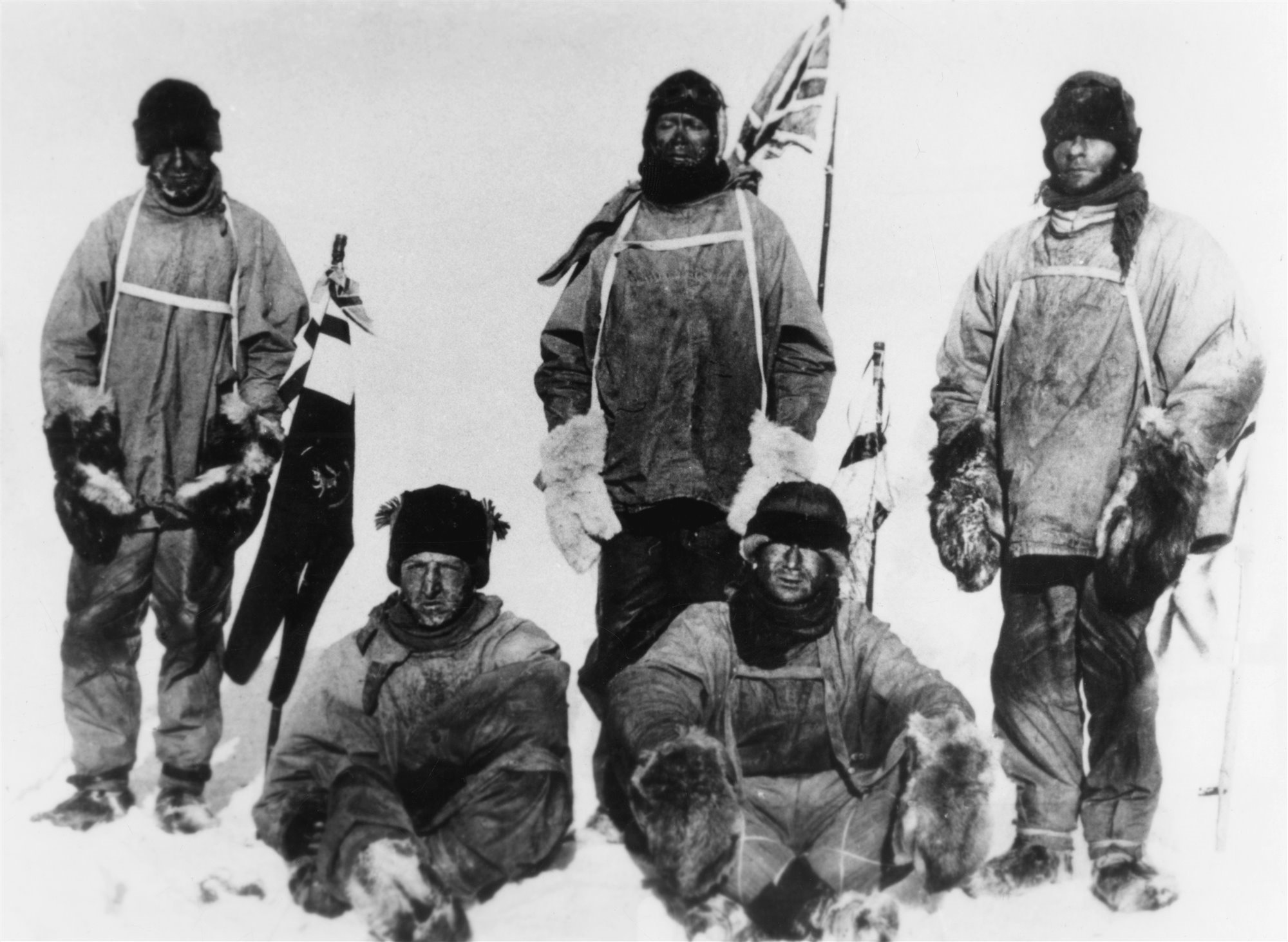 Amundsen junto con los otros integrantes del equipo que llegó por primera vez al polo Sur