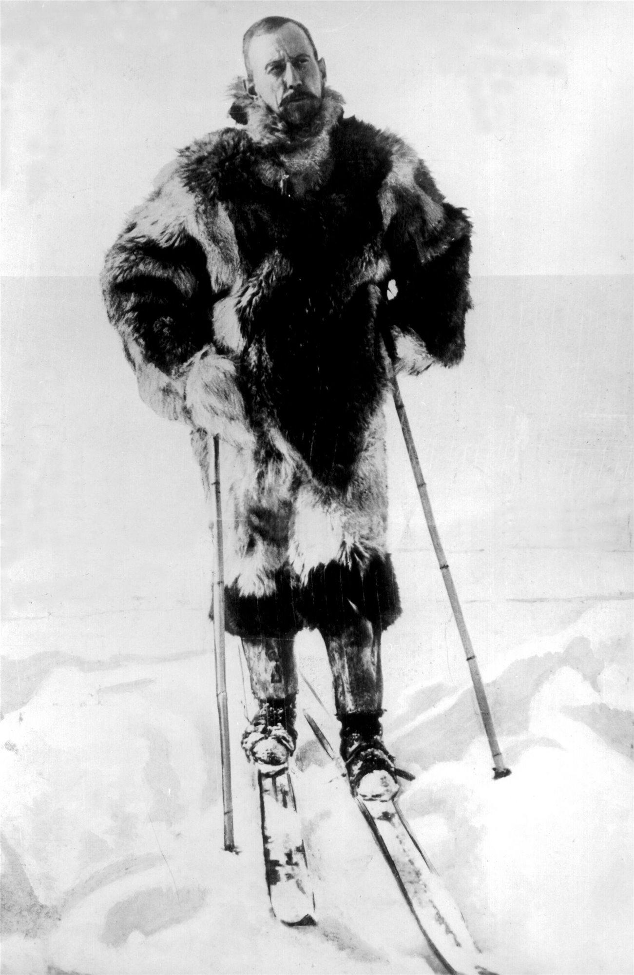El explorador noruego Roald Amundsen esquiando