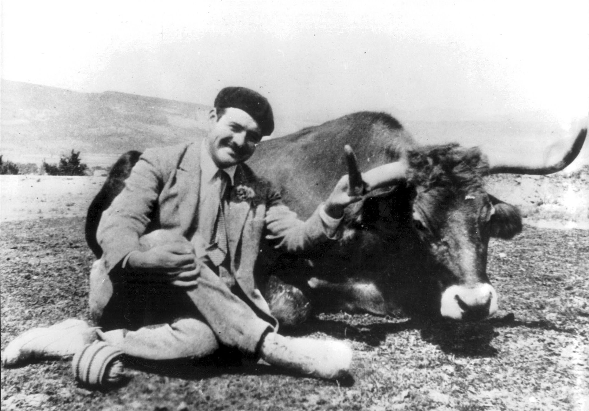 Ernest Hemingway poses with a bull in Mexico 1938. Ernest Hemingway posa junto a un toro en México en 1938