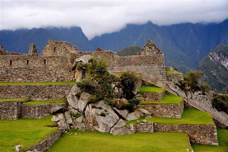 La red fallas y fracturas del lugar es visible en los bloques de roca integrados en las estructuras de Machu Picchu.