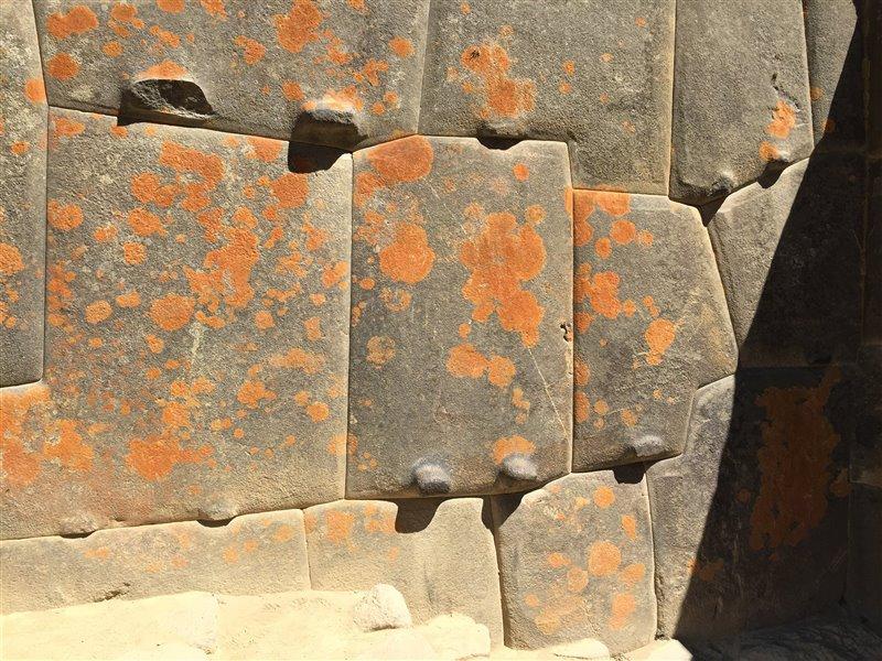 Los incas aprovecharon las fracturas preexistentes en las rocas del lugar para reducir al mínimo los trabajos previos de mampostería.