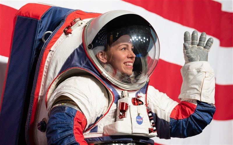 La ingeniera de la NASA Kristine Davis presenta el traje espacial xEMU en la sede de la NASA, en Washington, D.C. Los nuevos propotipos espaciales serán los primeros de la historia espacial adaptados tanto para hombres como para mujeres.