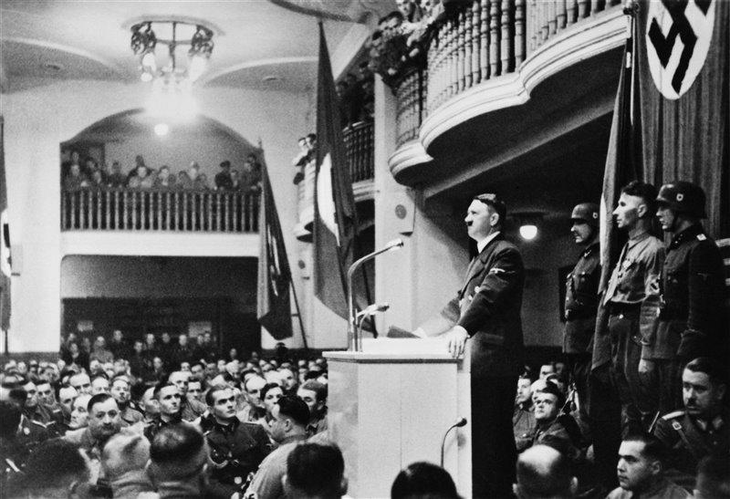 Adolf Hitler dando su discurso anual en la cervecería de Munich donde, años antes, llevó a cabo el golpe de estado.