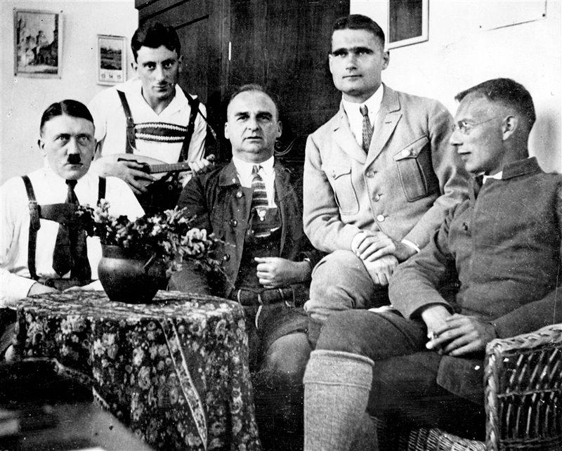 De izquierda a derecha: Adolf Hitler, Emil Maurice, Hermann Kriebel, Rudolf Hess y Friedrich Weber en una imagen durante su encarcelamiento en la fortaleza Landsberg.