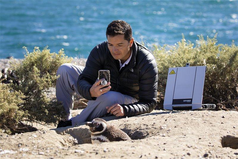 El ornitólogo Pablo García Borboroglu posa entre una colonia de pingüinos de Magallanes, a los que quiere salvaguardar.