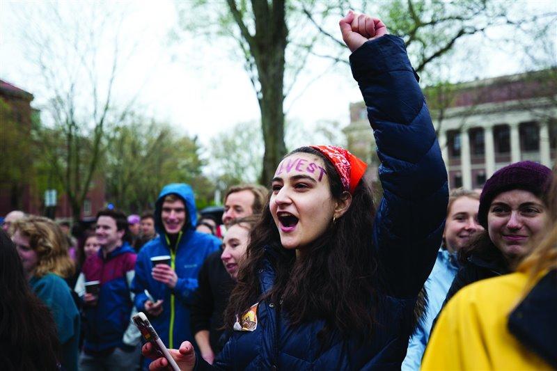 Jamie Margolin alza el puño durante una manifestación en Washington D.C. La joven activista es la fundadora y codirectora de la organización conservacionista Zero Hour.