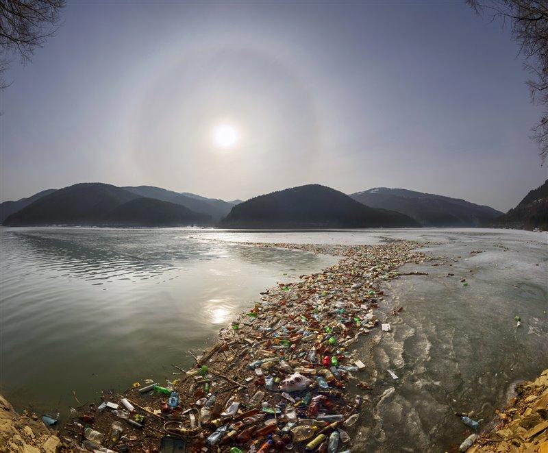 Millones de plásticos acaban inundando el mar.