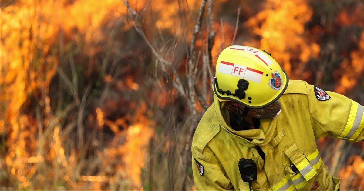 Un-bombero-trabajando-en-las-labores-de-extincion-de-los-incendios-de-australia_bbcb7132_1200x630