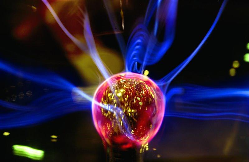 cuando colisionan las partículas aceleradas en el CERN, como dos haces de iones de plomo, se generan temperaturas 100.000 veces más calientes que el corazón del Sol.