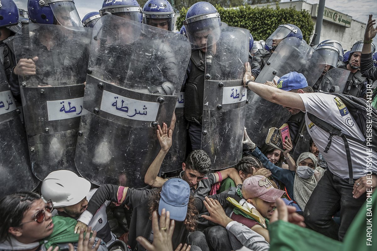 Clash with the Police During an Anti-Government Demonstration (Choque con la policía durante una manifestación antigubernamental)