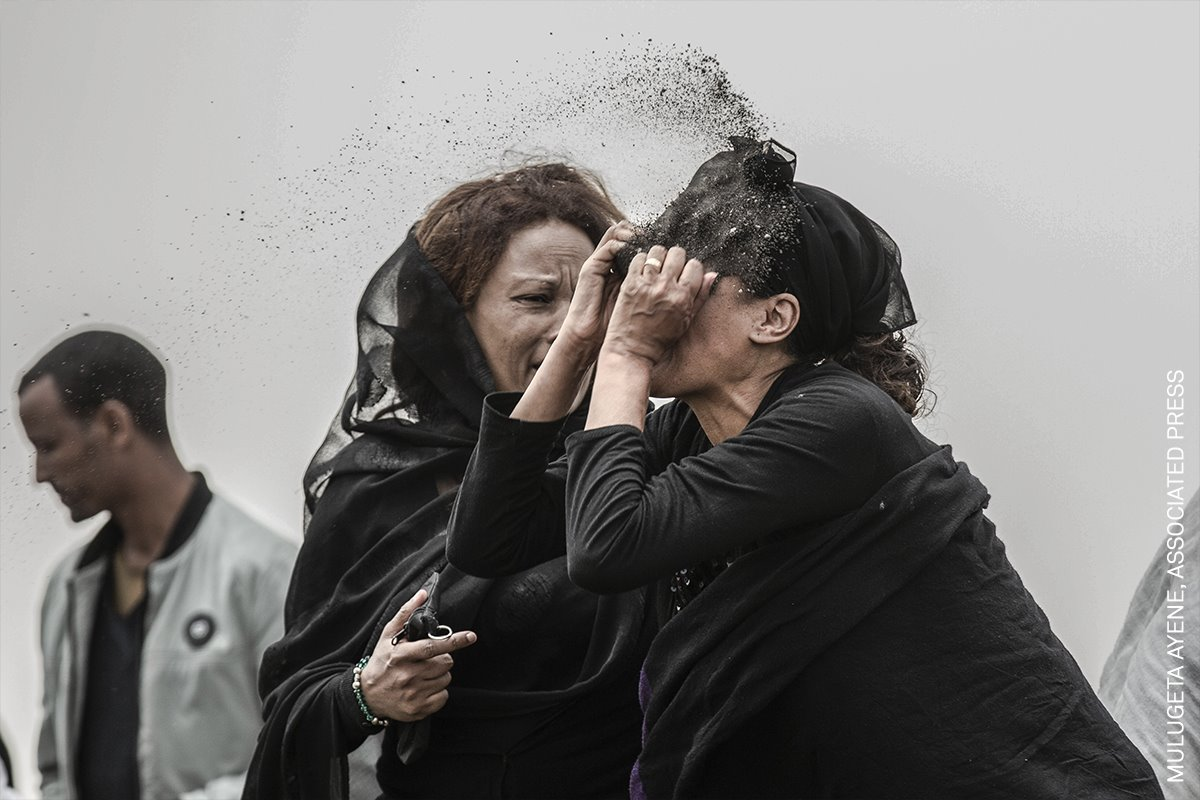 Relative Mourns Flight ET 302 Crash Victim (Un pariente llora a una víctima del accidente ET 302)
