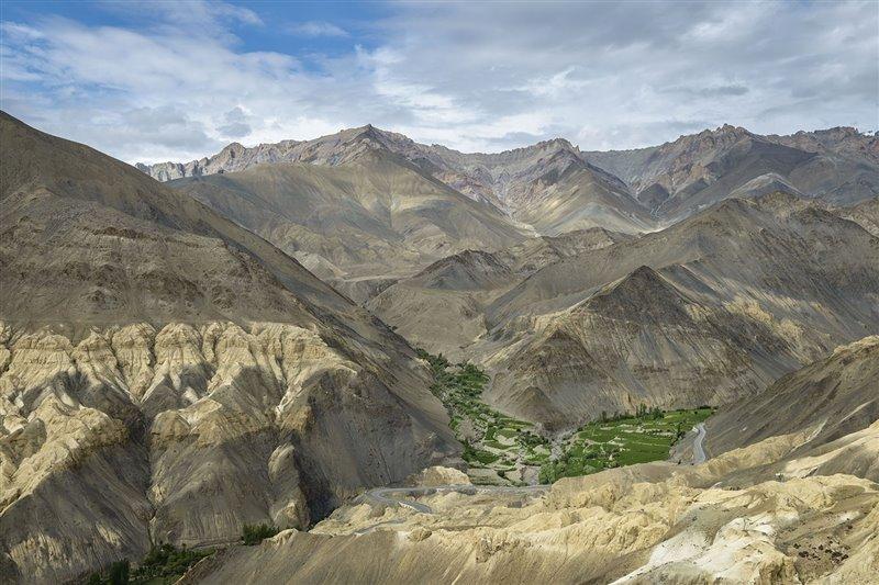 Además de ayudar a los agricultores, estas despensas de agua helada servirán para convertir parte de los áridos terrenos desérticos en fértiles tierras con vida en las faldas del Himalaya.
